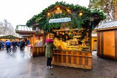 Wien Österrike - 1 12 2018: Wien jul marknadsför, Österrike Traditionell julhändelse i Österrike huvudstad Sale på det huvudsakli fotografering för bildbyråer