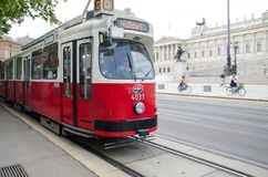 Wien Österrike - Juli 15, 2013: Bärande passagerare för gammal spårvagn nära den österrikiska parlamentet fotografering för bildbyråer