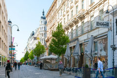 WIEN Österrike-Juli 3: Graben för turister på fötter gata i Vienn Royaltyfria Bilder