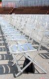 WIEN ÖSTERRIKE - JULI 27, 2014: Rader av tomma metallstolplatser som installeras för årlig filmfestival nära Rathaus i Wien, Öste Royaltyfri Bild