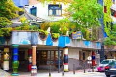 WIEN ÖSTERRIKE - JULI 31, 2014: WIEN ÖSTERRIKE - JULI 31, 2014: sikt av det berömda Hundertwasser huset i Wien, Österrike _ Arkivfoton