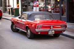 Wien Österrike - Juni 06, 2018: Bakre del av den röda retro bilen royaltyfri foto