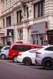 Wien Österrike - Juni 06, 2018: Bilar parkerade i rad i centret royaltyfri bild