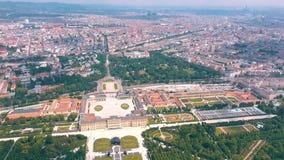 Wien Österrike, - Juni 2019: Flyg- sikt av den Schonbrunn slotten, tidigare imperialistisk sommaruppehåll, turist- dragning arkivfilmer