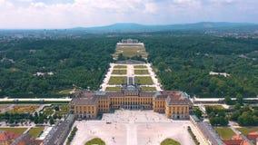 WIEN ÖSTERRIKE, - JUNI 2019: Flyg- sikt av den Schonbrunn slotten, tidigare imperialistisk sommaruppehåll, turist- dragning lager videofilmer