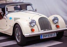 Wien Österrike - Juni 06, 2018: Främre del med den retro bilen för billykta royaltyfria bilder