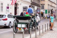 Wien Österrike - Juni 06, 2018: Hästvagn med turister royaltyfri foto