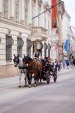 Wien Österrike - Juni 06, 2018: Hästvagn med turister royaltyfri bild