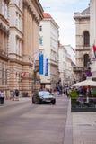 Wien Österrike - Juni 06, 2018: Lyxig svart taxi på mitten av staden arkivfoton
