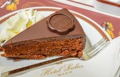WIEN ÖSTERRIKE - JUNI 01 2016: Original- Sacher Torte med crea Arkivbild