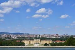 Wien Österrike - 14 Juni, 2017: Schonbrunn slott och trädgårdar Den tidigare imperialistiska sommaruppehållet Slotten är en av mo arkivbilder