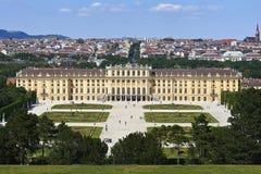 Wien Österrike - 14 Juni, 2017: Schonbrunn slott och trädgårdar Den tidigare imperialistiska sommaruppehållet Slotten är en av mo Arkivfoto