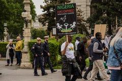 Wien/Österrike/Mai 30, 2019: Biafrans protest i Österrike mot det nigerianskt arkivfoton