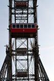 WIEN ÖSTERRIKE - MARS 18, 2016: Den röda kabinen av äldsta Ferris Wheel i Prater parkerar på himmelbakgrund Wien Prater Wurstelpr Royaltyfria Foton