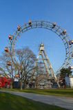 WIEN ÖSTERRIKE - MARS 18, 2016: Den röda kabinen av äldsta Ferris Wheel i Prater parkerar på himmelbakgrund Wien Prater Wurstelpr Arkivbild