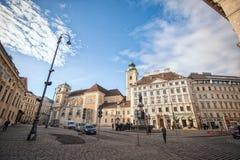 Wien Österrike-- Mars 07, 2018: En fyrkant i Wien arkivfoto