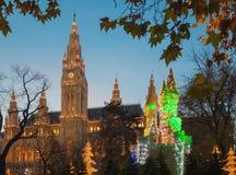WIEN ÖSTERRIKE - NOVEMBER 14, 2010: Tornen av stadshuset och jul marknadsför garnering Royaltyfria Bilder