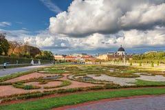 WIEN ÖSTERRIKE - OKTOBER 09, 2016: Belvedereslott och trädgård med springbrunnen Sightobjekt i Wien, Österrike Royaltyfri Fotografi