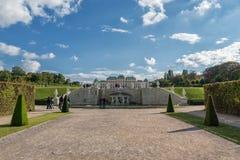 WIEN ÖSTERRIKE - OKTOBER 09, 2016: Belvedereslott och trädgård med springbrunnen Sightobjekt i Wien, Österrike Royaltyfri Foto