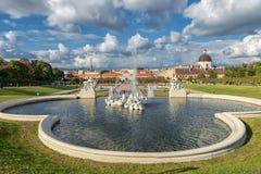 WIEN ÖSTERRIKE - OKTOBER 09, 2016: Belvedereslott och trädgård med springbrunnen Sightobjekt i Wien, Österrike Arkivbild