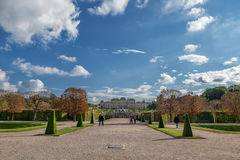 WIEN ÖSTERRIKE - OKTOBER 09, 2016: Belvedereslott och trädgård med springbrunnen Sightobjekt i Wien, Österrike Arkivfoto