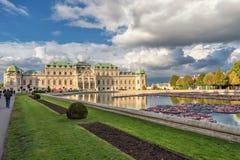 WIEN ÖSTERRIKE - OKTOBER 09, 2016: Belvedereslott och trädgård med springbrunnen Sightobjekt i Wien, Österrike Arkivfoton