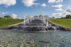 WIEN ÖSTERRIKE - OKTOBER 09, 2016: Belvedereslott och trädgård med springbrunnen Sightobjekt i Wien, Österrike Fotografering för Bildbyråer