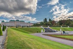 WIEN ÖSTERRIKE - OKTOBER 09, 2016: Belvedereslott och trädgård med springbrunnen Sightobjekt i Wien, Österrike Royaltyfria Bilder