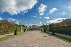 WIEN ÖSTERRIKE - OKTOBER 09, 2016: Belvedereslott och trädgård med springbrunnen Sightobjekt i Wien, Österrike Arkivbilder