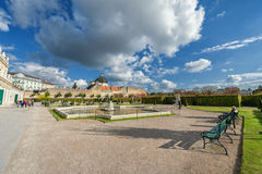 WIEN ÖSTERRIKE - OKTOBER 09, 2016: Belvedereslott och trädgård med springbrunnen Sightobjekt i Wien, Österrike Royaltyfri Bild
