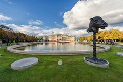 WIEN ÖSTERRIKE - OKTOBER 09, 2016: Belvedereslott och trädgård med springbrunnen Sightobjekt i Wien, Österrike Djura Statu Royaltyfri Fotografi