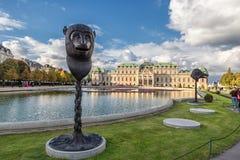 WIEN ÖSTERRIKE - OKTOBER 09, 2016: Belvedereslott och trädgård med springbrunnen Sightobjekt i Wien, Österrike Springbrunn Sta Royaltyfri Bild