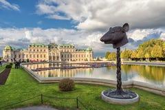 WIEN ÖSTERRIKE - OKTOBER 09, 2016: Belvedereslott och trädgård med springbrunnen Sightobjekt i Wien, Österrike statyer Arkivfoton