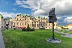 WIEN ÖSTERRIKE - OKTOBER 09, 2016: Belvedereslott och trädgård med springbrunnen Sightobjekt i Wien, Österrike statyer Arkivbild