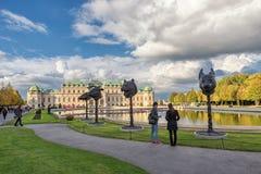 WIEN ÖSTERRIKE - OKTOBER 09, 2016: Belvedereslott och trädgård med springbrunnen Sightobjekt i Wien, Österrike statyer Arkivfoto