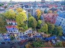 WIEN ÖSTERRIKE - OKTOBER 09, 2016: Hundertwasserhaus Denna expressionistiska gränsmärke av Wien lokaliseras i det Landstrase områ Arkivbild