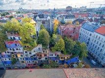 WIEN ÖSTERRIKE - OKTOBER 09, 2016: Hundertwasserhaus Denna expressionistiska gränsmärke av Wien lokaliseras i det Landstrase områ Royaltyfri Bild
