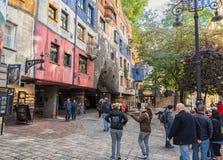 WIEN ÖSTERRIKE - OKTOBER 09, 2016: Hundertwasserhaus Denna expressionistiska gränsmärke av Wien lokaliseras i det Landstrase områ Royaltyfria Bilder