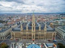 WIEN ÖSTERRIKE - OKTOBER 10, 2016: Rathaus i Wien, Österrike Cirkus i förgrund Royaltyfri Fotografi