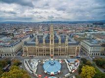 WIEN ÖSTERRIKE - OKTOBER 10, 2016: Rathaus i Wien, Österrike Cirkus i förgrund Arkivfoto