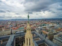 WIEN ÖSTERRIKE - OKTOBER 10, 2016: Rathaus tak med statyn Österrike vienna Wien Cityscape i bakgrund Fotografering för Bildbyråer