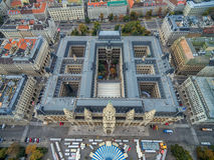 WIEN ÖSTERRIKE - OKTOBER 10, 2016: Rathaus tak med statyn Österrike vienna Wien Cityscape i bakgrund Royaltyfri Bild