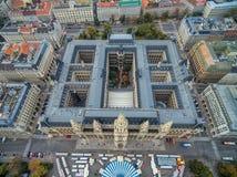 WIEN ÖSTERRIKE - OKTOBER 10, 2016: Rathaus tak med statyn Österrike vienna Wien Cityscape i bakgrund Arkivfoto