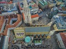 WIEN ÖSTERRIKE - OKTOBER 10, 2016: Tak av domkyrkan för St Stephen ` s, Wien, Österrike Arkivfoton