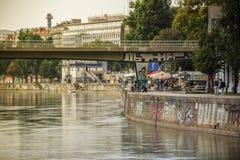 Wien Österrike - September, 15, 2019: Folk som tycker om aftonen vid Donaukanalen i Wien royaltyfri bild