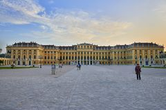 Wien Österrike - September 25, 2013: Schonbrunn slott och trädgårdar Den tidigare imperialistiska sommaruppehållet Slotten är en  fotografering för bildbyråer