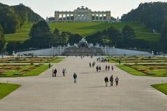 Wien Österrike - September 25, 2013: Schonbrunn slott och trädgårdar Den tidigare imperialistiska sommaruppehållet Slotten är en  royaltyfria foton