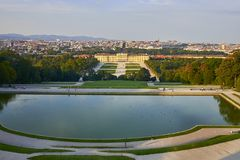 Wien Österrike - September 25, 2013: Schonbrunn slott och trädgårdar Den tidigare imperialistiska sommaruppehållet Slotten är en  arkivbild