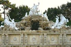 Wien Österrike - September 25, 2013: Schonbrunn slott och trädgårdar Den tidigare imperialistiska sommaruppehållet Slotten är en  arkivbilder