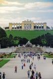 Wien, Österrike, September, 15, 2019 - sikt av turister på den Gloriette strukturen och Neptunspringbrunnen i Schonbrunn royaltyfri fotografi